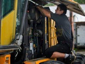 Mechanik sprawdza maszynę budowlaną